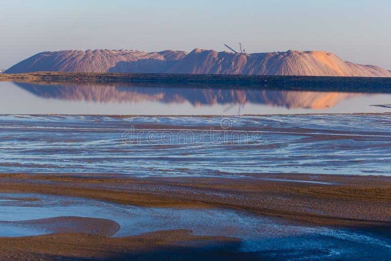 Montanhas de sal do potássio perto de Soligorsk Recursos naturais imagens de stock