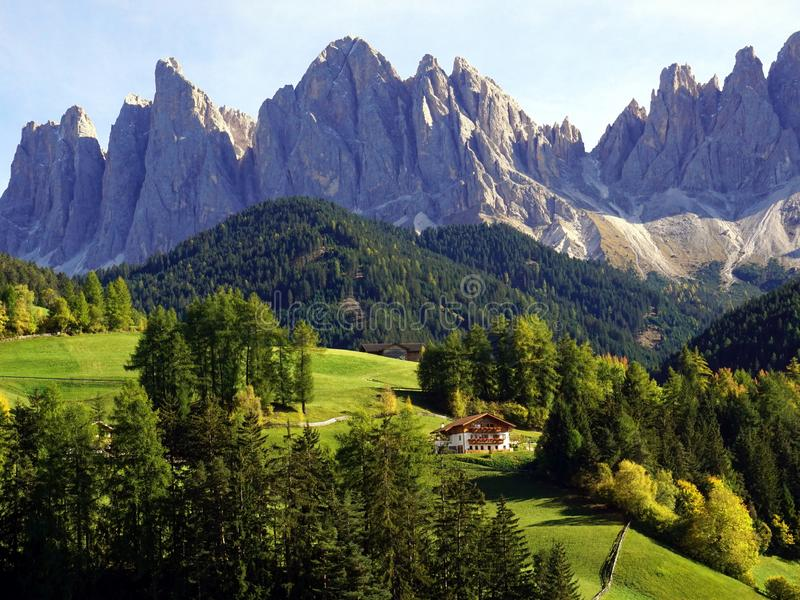 Montanhas de Santa Maddalena Village e de Odle fotos de stock royalty free