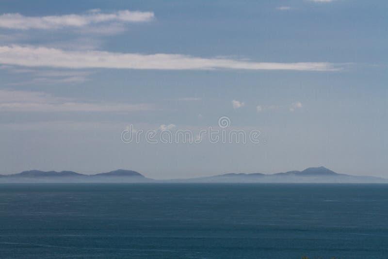 Montanhas de Snowdonia através da água com névoa da emenda fotografia de stock