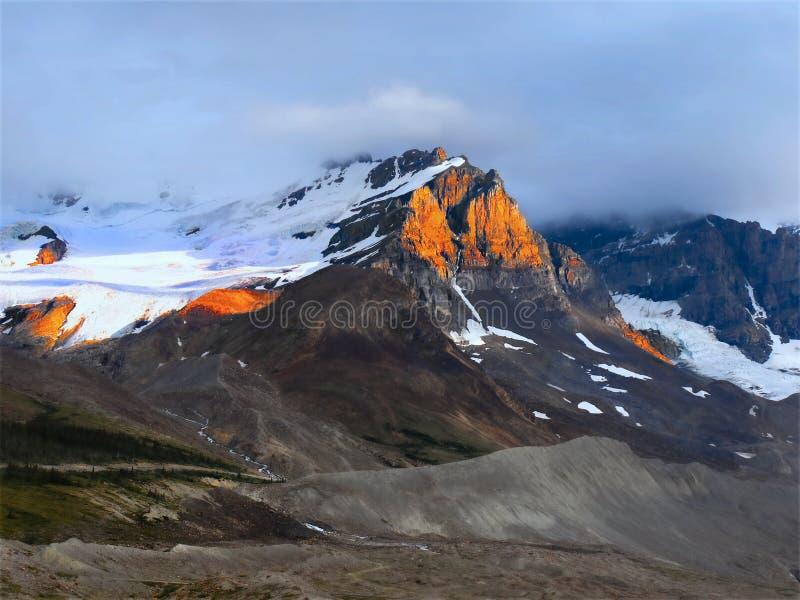 Montanhas de surpresa do por do sol, Alberta Canada fotografia de stock