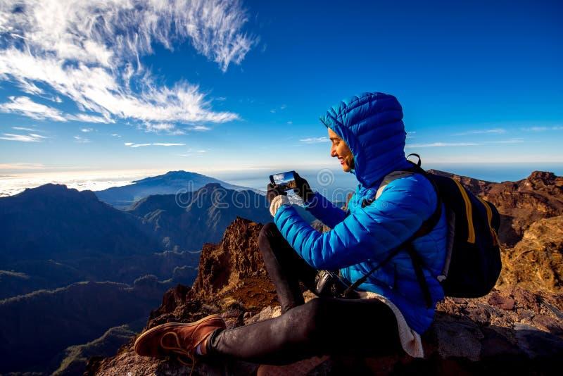 Montanhas de viagem da mulher na ilha de Palma do La imagem de stock royalty free