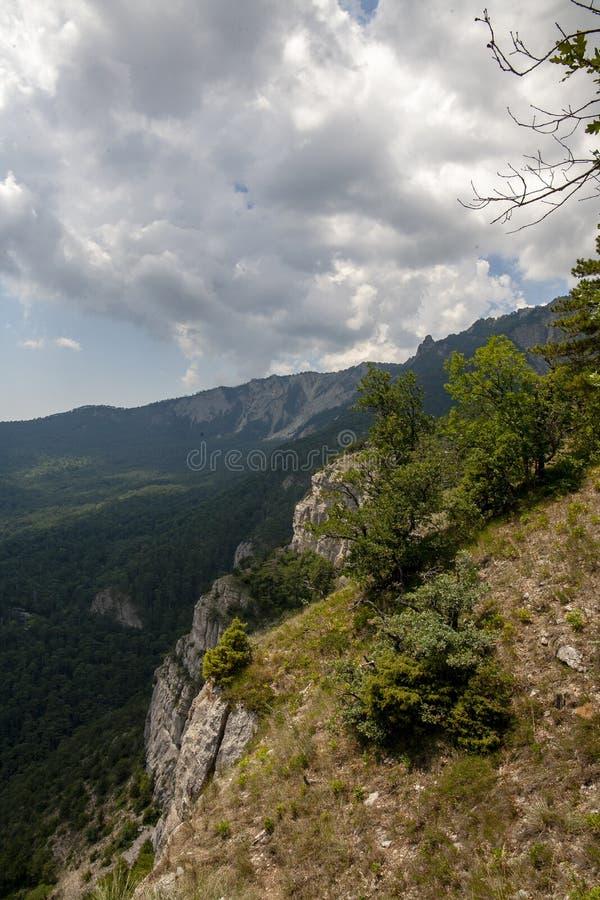 Montanhas de Yalta na costa do sul da Crimeia foto de stock royalty free
