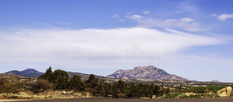 Montanhas distantes em Prescott National Forest como visto do parque de estacionamento em Watson Lake no Prescott, o Arizona, EUA imagem de stock