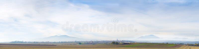 Montanhas distantes no brume fotos de stock royalty free