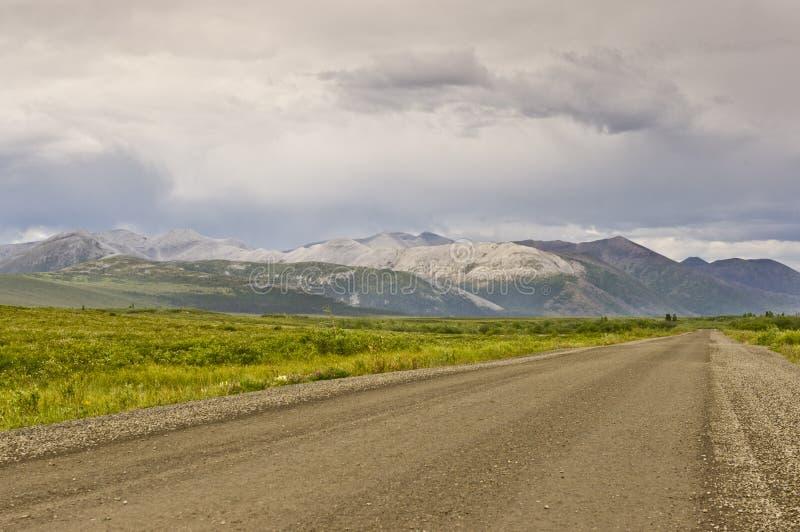 Montanhas distintivas ao longo da estrada de Dempster foto de stock