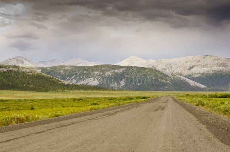 Montanhas distintivas ao longo da estrada de Dempster imagens de stock royalty free