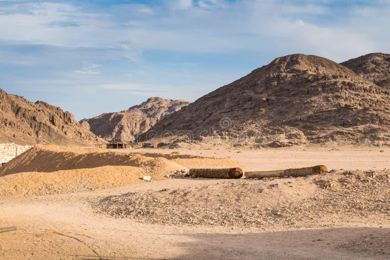 Montanhas do deserto e da vila egípcios do beduíno imagens de stock royalty free