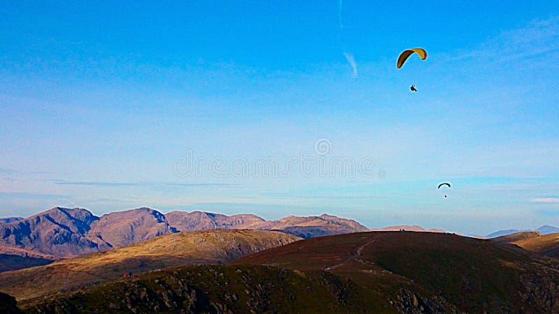 Montanhas do distrito do lago com planadores do paraquedas fotografia de stock royalty free
