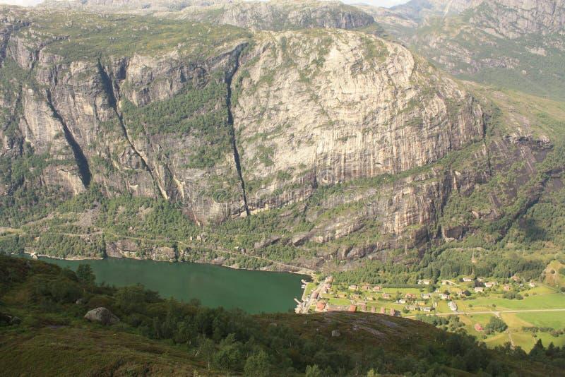 Montanhas do fiorde de Lysefjord na maneira a Kjeragbolten Noruega foto de stock royalty free