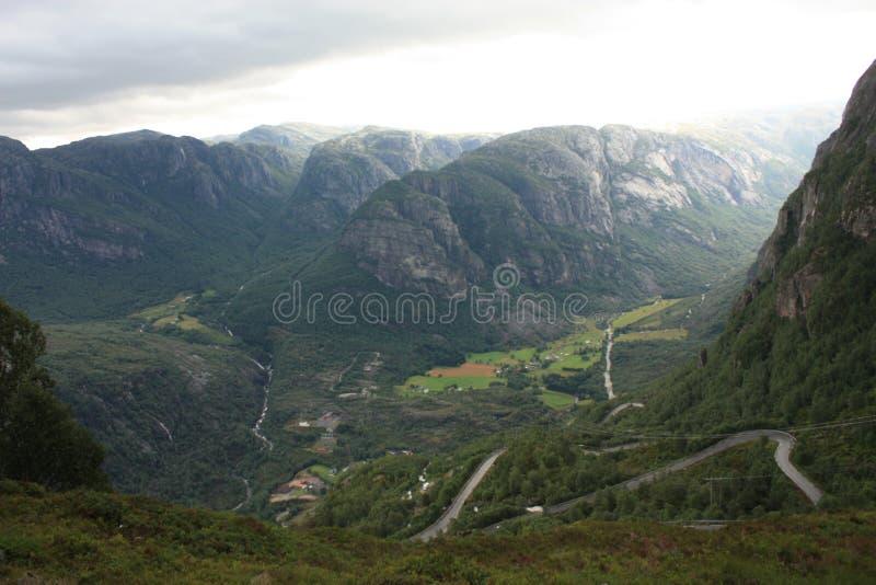 Montanhas do fiorde de Lysefjord na maneira a Kjeragbolten Noruega fotografia de stock royalty free