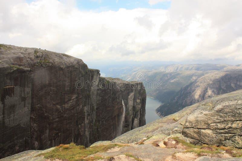 Montanhas do fiorde de Lysefjord na maneira a Kjeragbolten Noruega imagens de stock