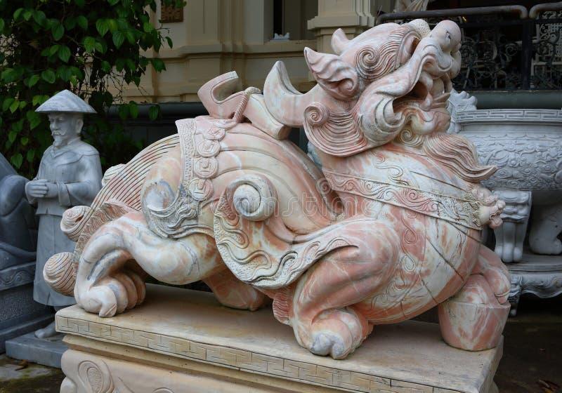 Montanhas do m?rmore de Vietname, Danang em janeiro de 2017: Loja vietnamiana tradicional das esculturas de m?rmore imagem de stock royalty free