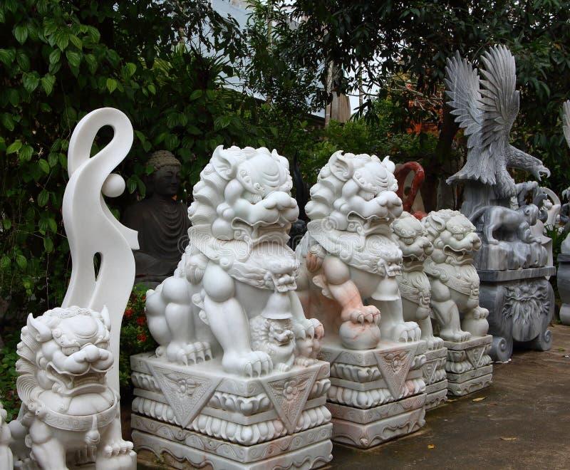 Montanhas do m?rmore de Vietname, Danang em janeiro de 2017: Loja vietnamiana tradicional das esculturas de m?rmore imagem de stock