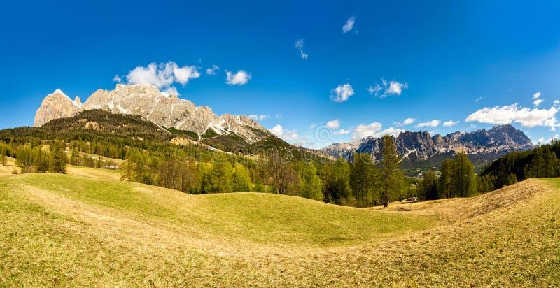 Montanhas do panorama da paisagem do verão Dolomites Italy Céu azul fotografia de stock