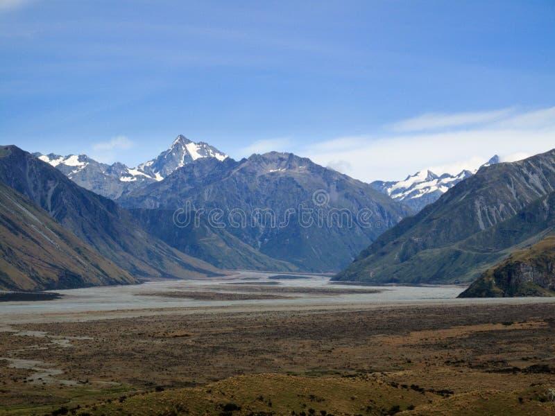 Montanhas do paraíso sobre uma planície gramínea fotografia de stock