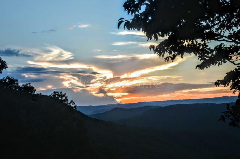 Montanhas do por do sol imagens de stock royalty free
