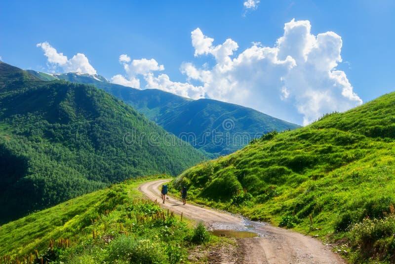 Montanhas do verão em Geórgia Vista bonita na estrada no vale verde da montanha de Svaneti fotografia de stock royalty free