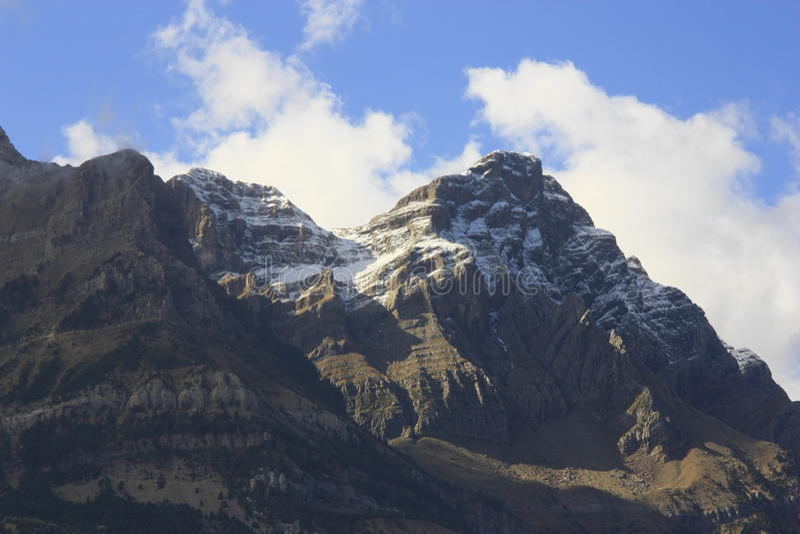 Montanhas e árvores em Pyrenees, outono, Valle de Tena imagens de stock royalty free