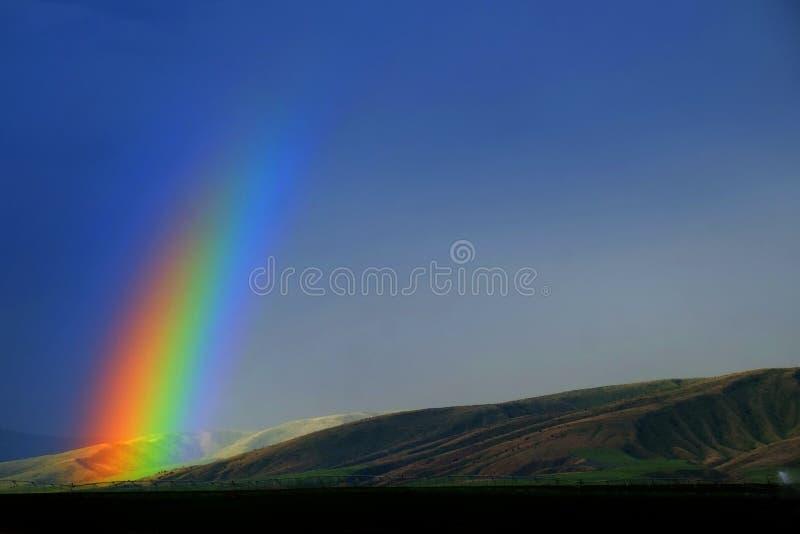Montanhas e arco-íris na tempestade da chuva foto de stock royalty free