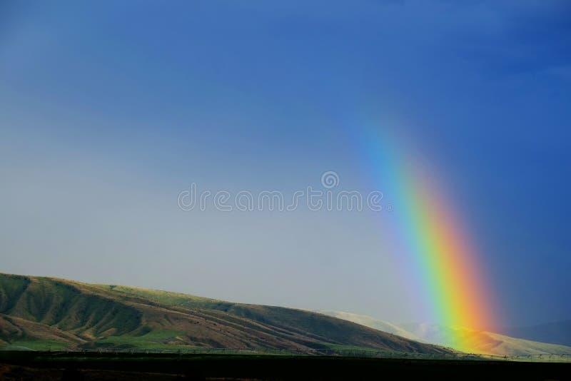 Montanhas e arco-íris na tempestade da chuva fotos de stock