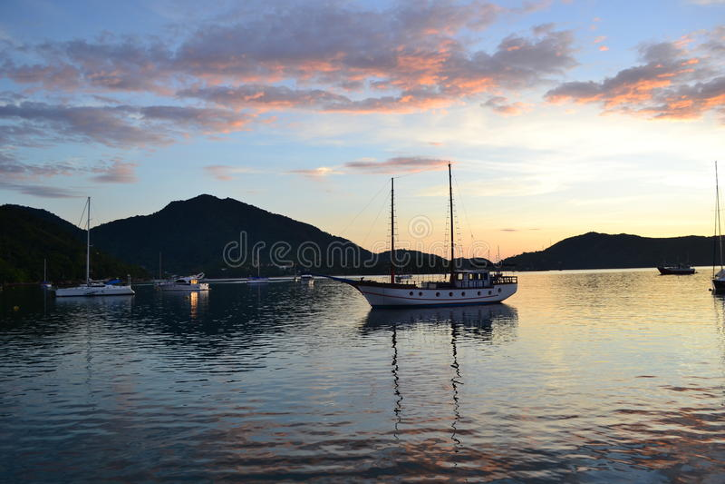 Montanhas e barcos no mar imagens de stock royalty free