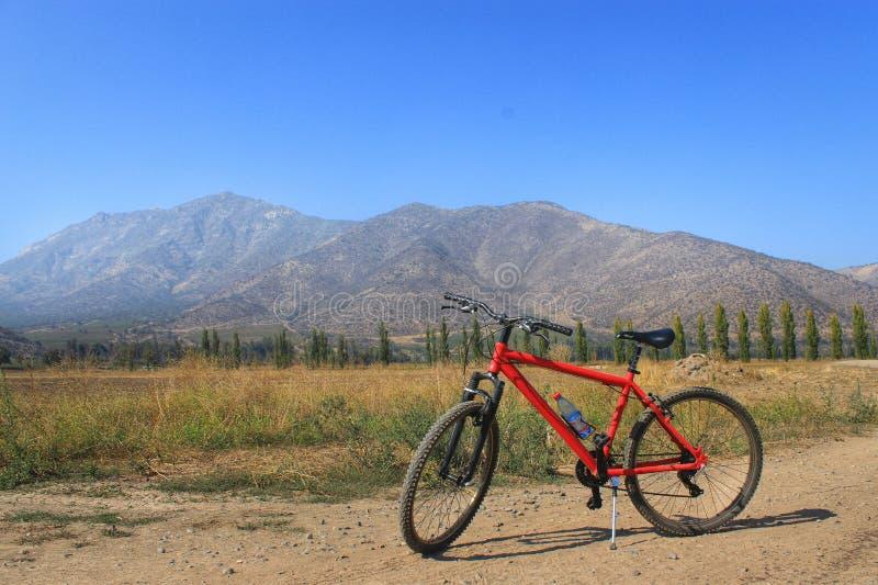 Montanhas e bicicleta imagem de stock royalty free