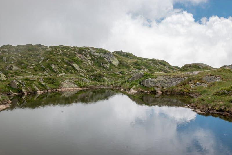 Montanhas e cenas do lago, caminhada através da grande geleira de Aletsch imagem de stock royalty free