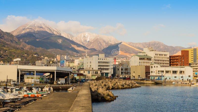 Montanhas e cidade de Beppu cobertas com a neve fotografia de stock