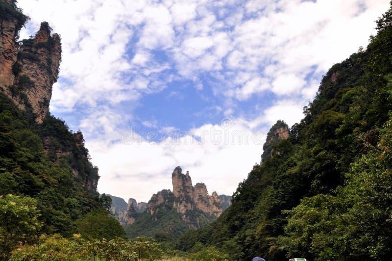 Montanhas e garganta sob o céu e a nuvem