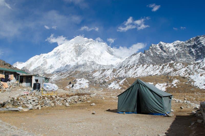 Montanhas e inclinação perto de Everest fotografia de stock royalty free