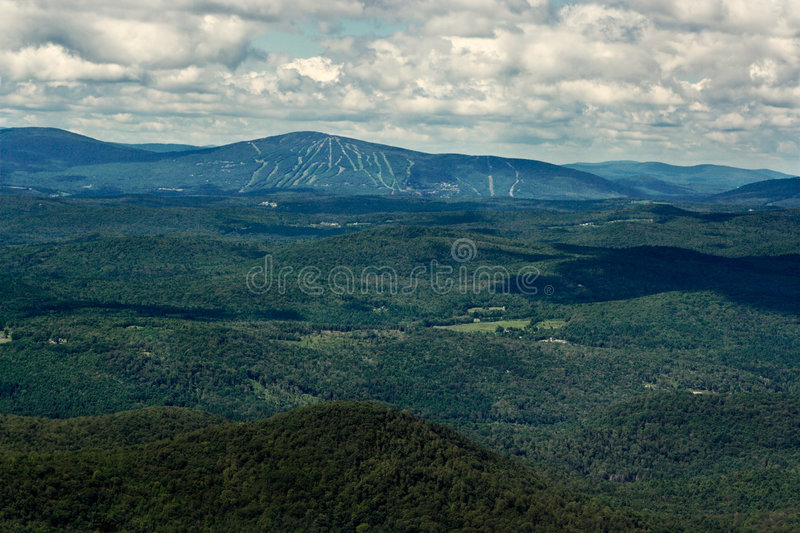Montanhas e inclinações do esqui no verão foto de stock
