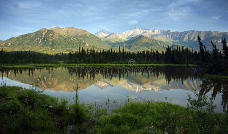 Montanhas e lago de Alaska fotografia de stock