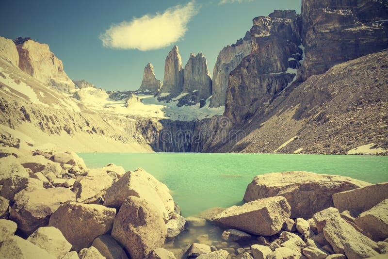Montanhas e lago de Torres del Paine no Chile fotos de stock