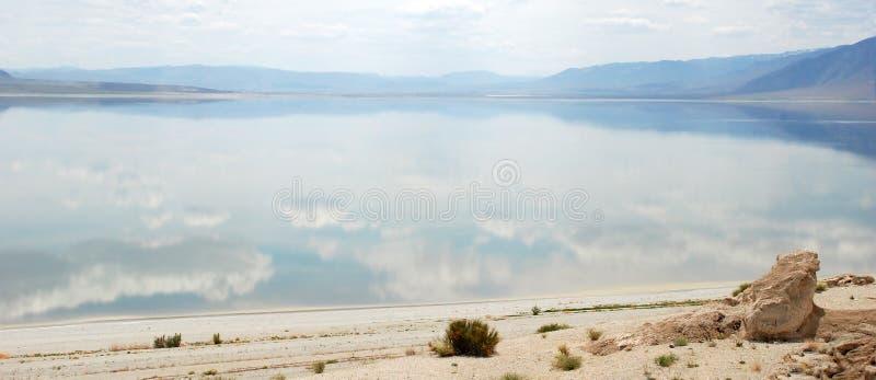 Montanhas e lago do caminhante em Nevada foto de stock