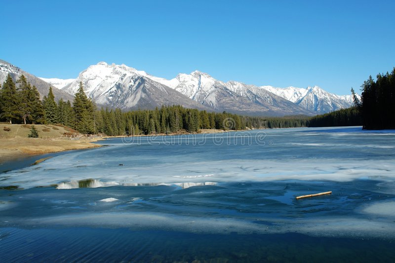 Montanhas e lago do inverno fotos de stock