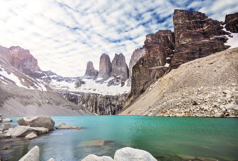 Montanhas e lago no parque nacional de Torres del Paine, Patagonia imagem de stock