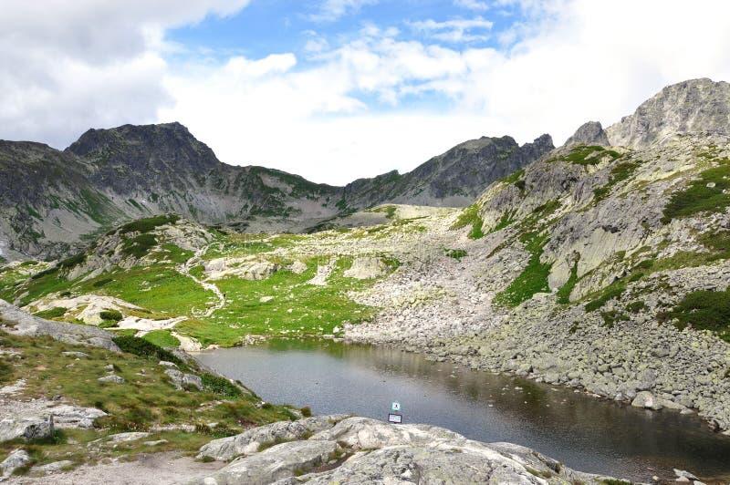 Montanhas e lago no verão, Tatras alto, Eslováquia, Europa fotografia de stock