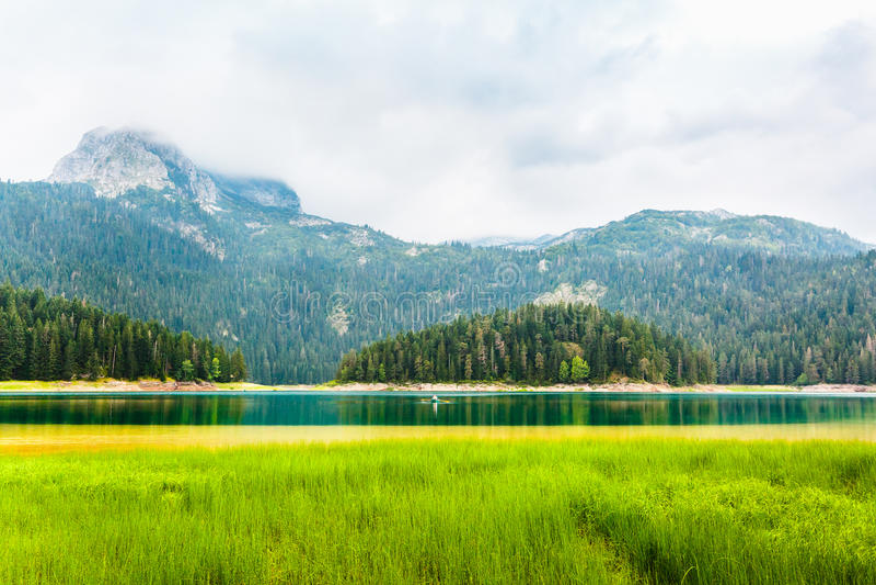 Montanhas e lago preto no dia nebuloso, parque nacional de Durmitor, Zabljak, Montenegro imagens de stock royalty free