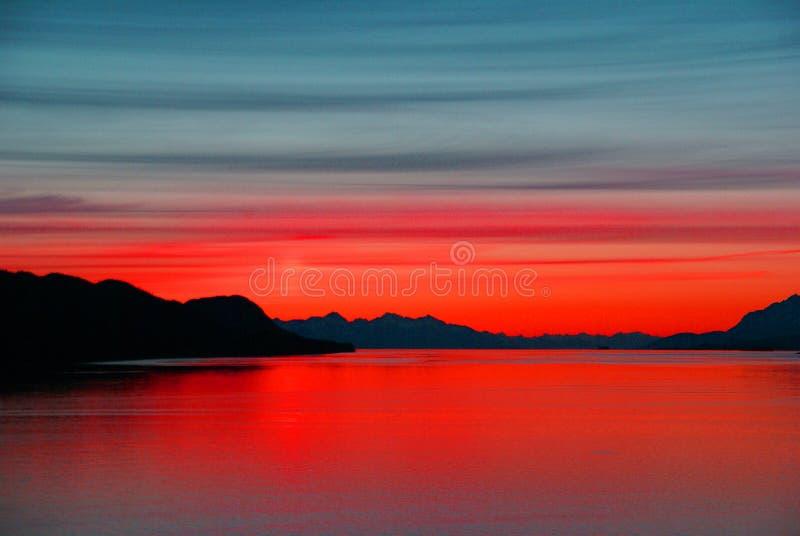 Montanhas e mar - por do sol imagens de stock