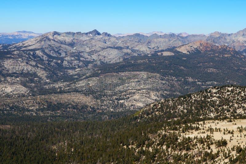 Montanhas e montes de Sierra Nevada perto do mono lago, Califórnia imagem de stock