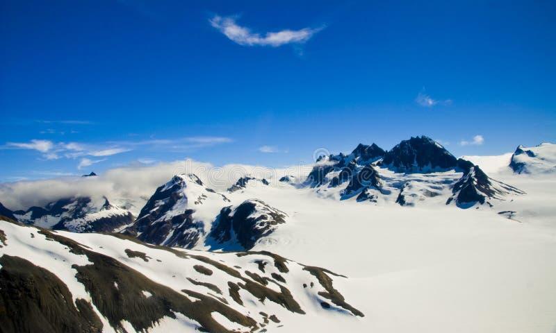 Montanhas e neve em Alaska fotos de stock royalty free