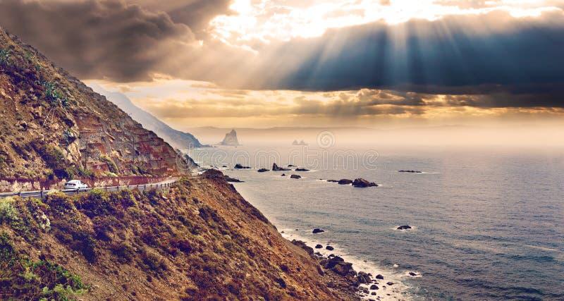 Montanhas e o mar Limitando o curso da costa e de carro fotos de stock