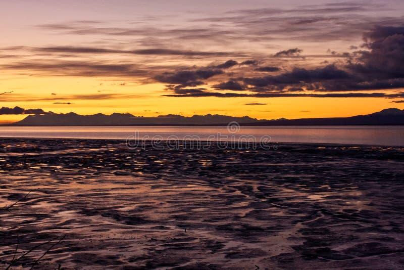 Montanhas e oceano no por do sol imagem de stock
