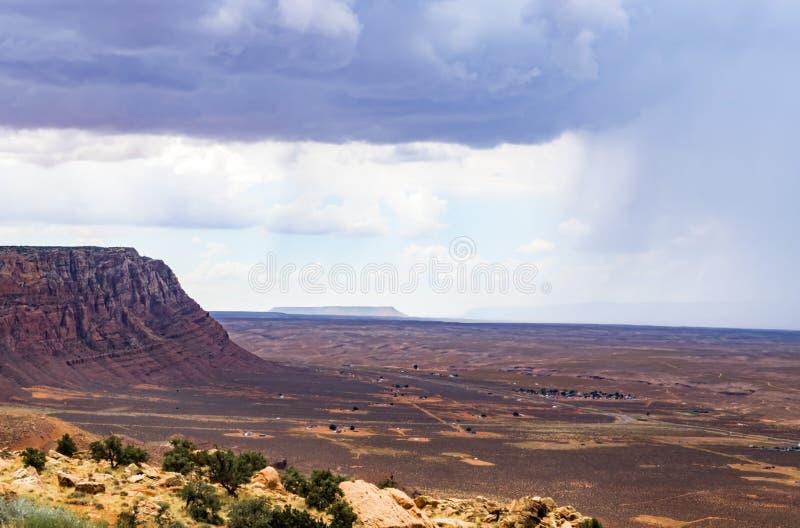 Montanhas e opinião cênico isolada da chuva do verão, garganta de mármore Hwy 89 fotografia de stock