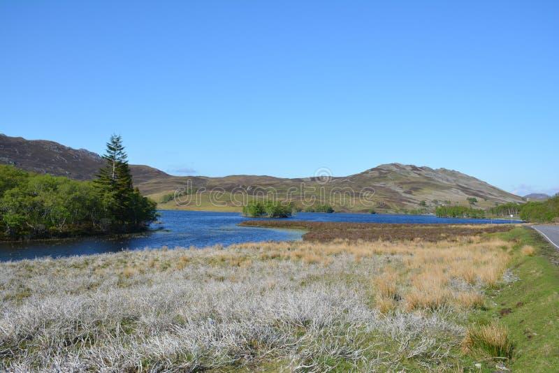 Montanhas e rio imagem de stock