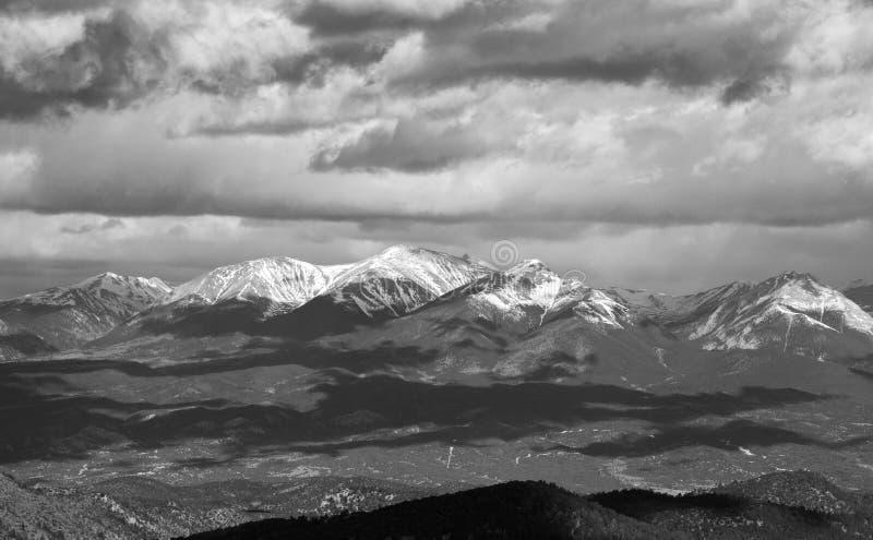 Montanhas e sombras tampadas neve da nuvem fotos de stock royalty free