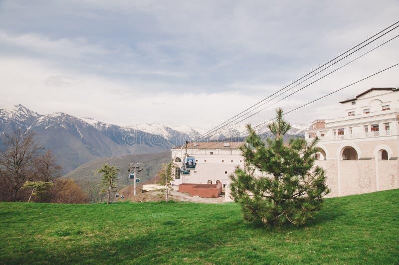 Montanhas e um teleférico em Sochi imagem de stock royalty free