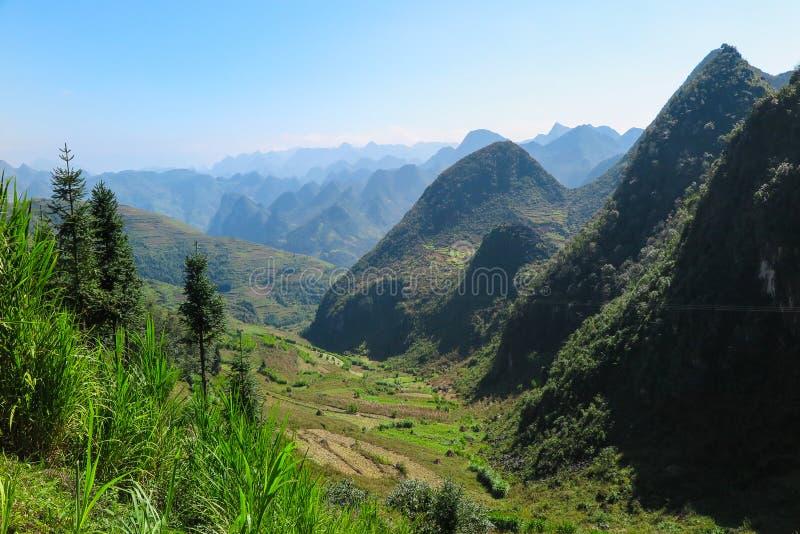 Montanhas e uma paisagem na província de Ha Giang, Vietname do norte foto de stock