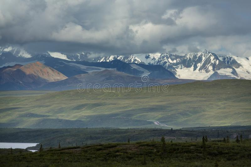 Montanhas em Alaska imagem de stock