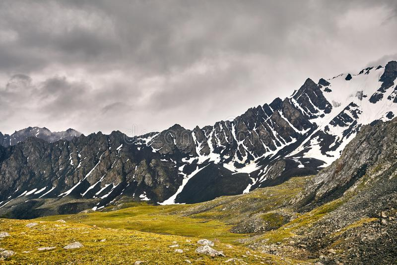Montanhas em Quirguist?o fotografia de stock royalty free